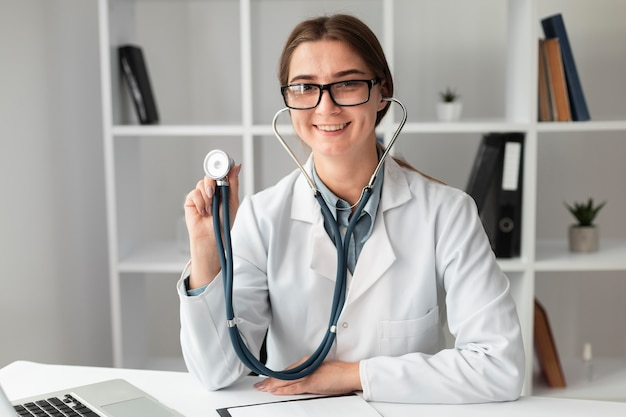 Портрет доктора, позирующего со стетоскопом