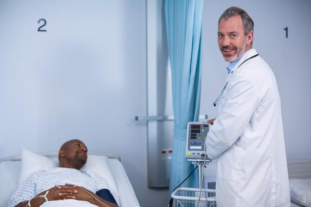 Портрет доктора, улыбаясь в палате во время визита