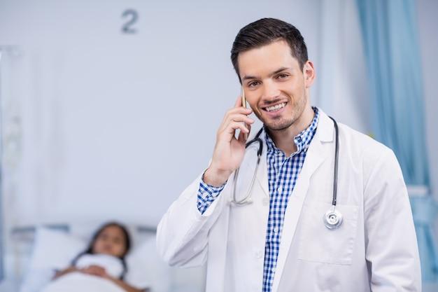 携帯電話で話している医者の肖像画