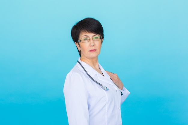 파란색 배경 위에 청진기를 가진 의사 여자의 초상화