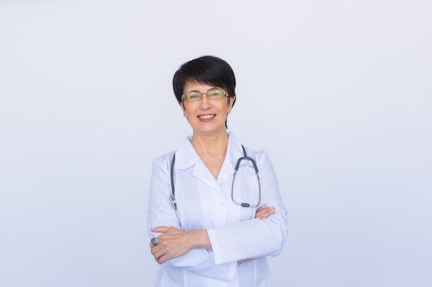 흰색 배경 위에 청진기를 가진 의사 여자의 초상화
