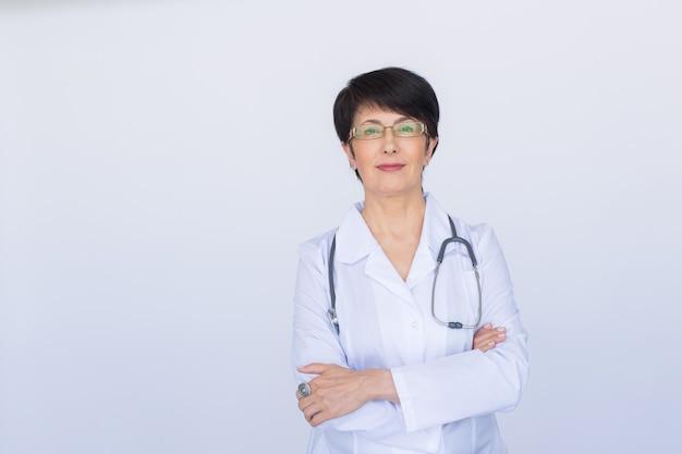 흰색 배경 위에 청진 기와 의사 여자의 초상화.