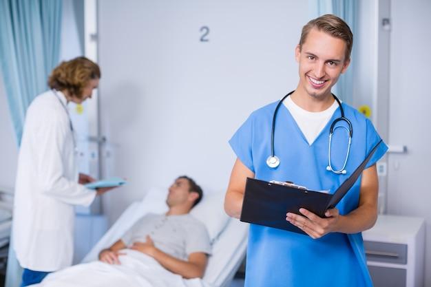 クリップボードに書き込む医師の肖像画