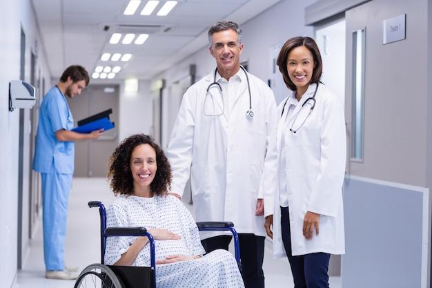 Портрет доктора и беременная женщина в коридоре