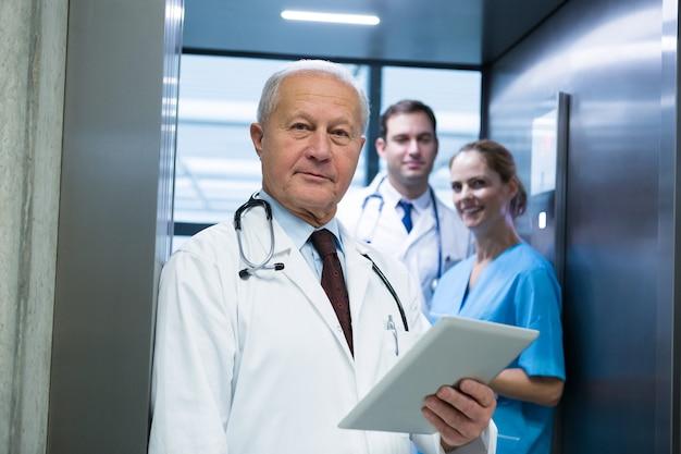 医師とエレベーターに立っている外科医の肖像画