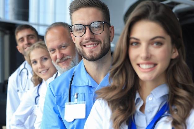 병원에 줄지어 서 있는 의사들의 초상화.