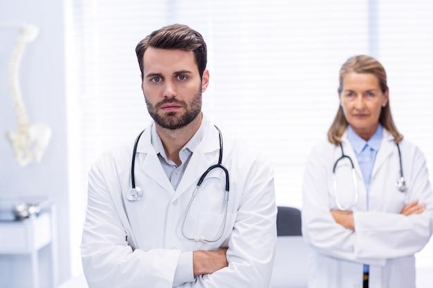 Портрет доктора, стоя со скрещенными руками