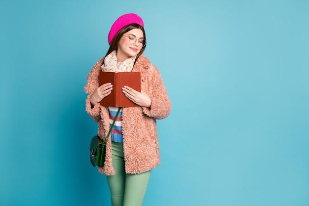 Портрет мечтательной умной девушки, обнимающей книгу