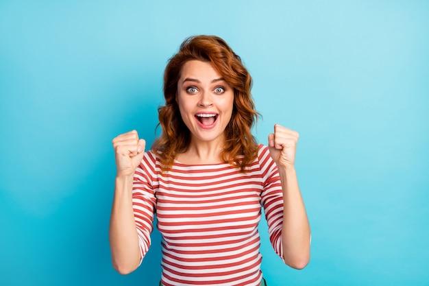 황홀한 소녀의 초상화 승리 욕망 복권 목표 비명 예 인상 주먹은 파란색 위에 고립 된 좋은 모습 옷 점퍼를 착용
