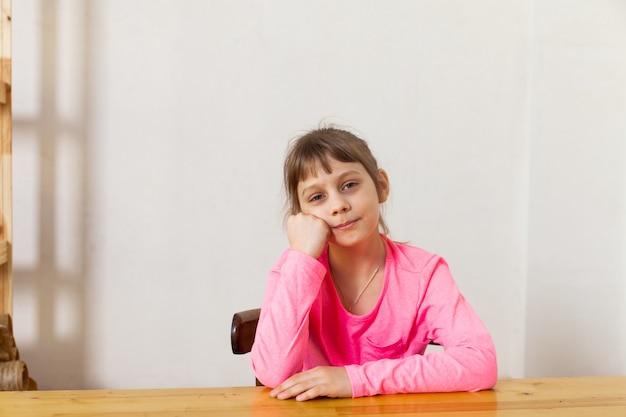 Портрет восьмилетней девочки на стуле, думая
