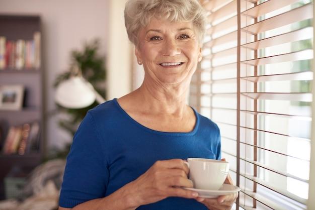 창 옆에 노인 여자의 초상화