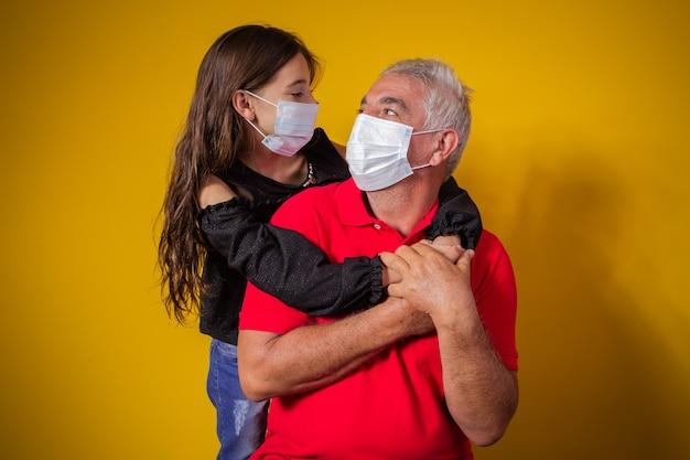 Портрет пожилого отца с дочерью в маске. отец и дочь в маске для защиты covid 19, карантин. оставайтесь дома концепции. день отца!