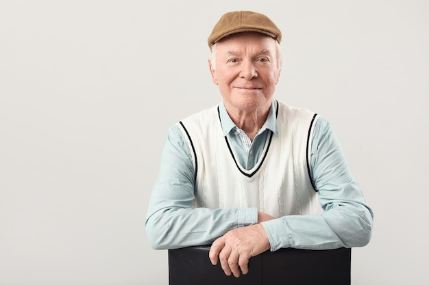 Портрет пожилого мужчины на серой поверхности