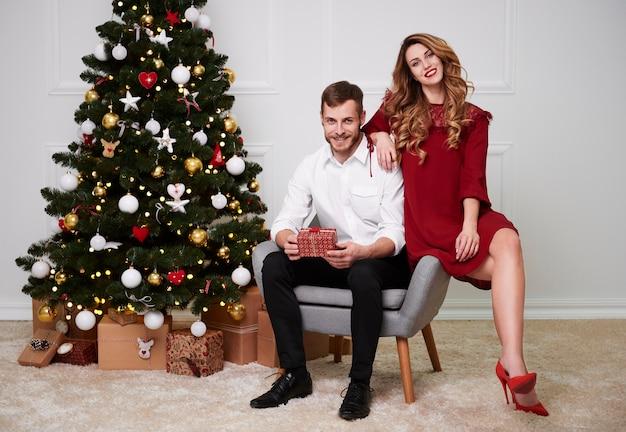 クリスマスのエレガントなカップルの肖像画