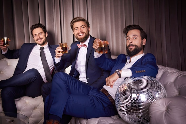 ナイトクラブでウイスキーとエレガントな男性の肖像画
