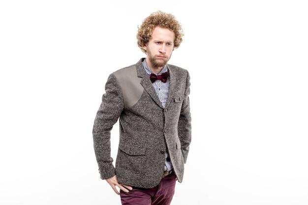 スーツを着たエレガントな困惑したビジネスマンの肖像画、目をそらしている蝶ネクタイ。分離する