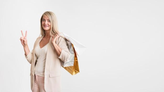 買い物袋を保持しているエレガントな女性の肖像画