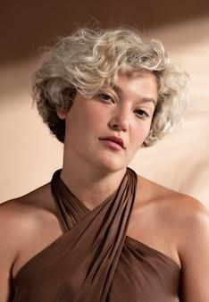 ショートドレスのエレガントな女性の肖像画