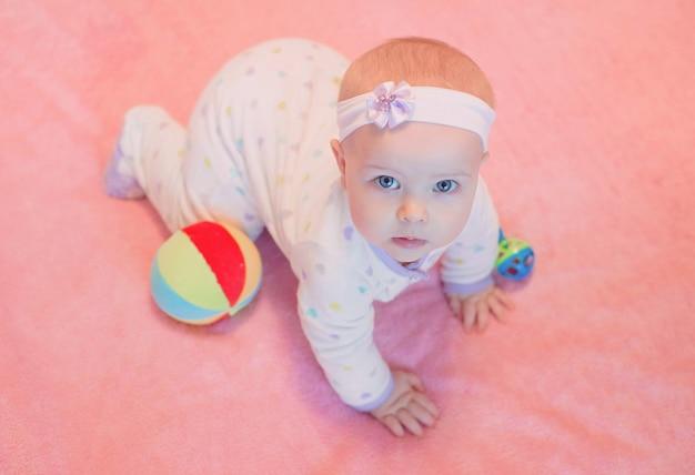 집에서 감정적인 달콤한 유아 아기의 초상화