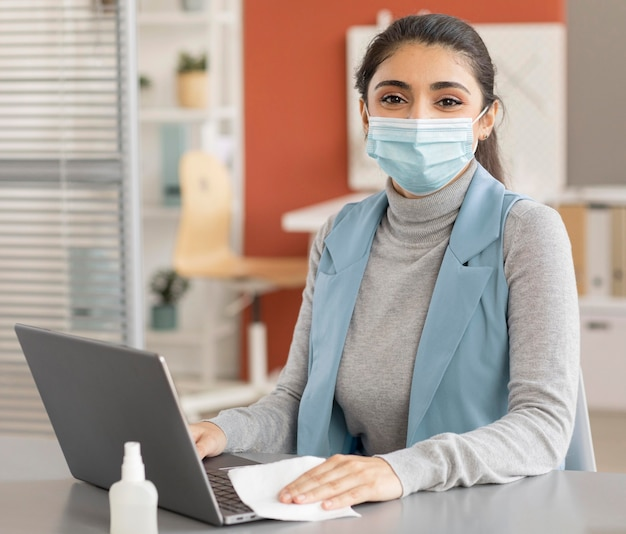 Портрет сотрудника в маске для лица