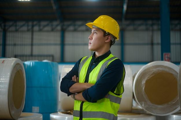 Портрет инженера, надевающего защитный шлем на голову на складе