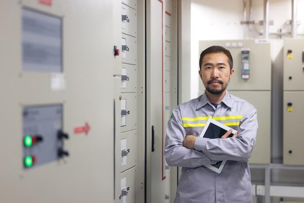 工場、産業におけるエンジニアのパワーシステムの肖像画。