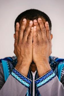 Портрет этнических человек пытается контролировать его разочарование, стараясь не плакать. тоска эмоций.