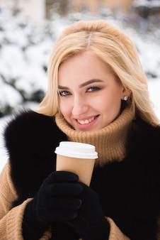 ウィンターパークでコーヒーを飲むヨーロッパスタイルのファッショナブルな女性の肖像画