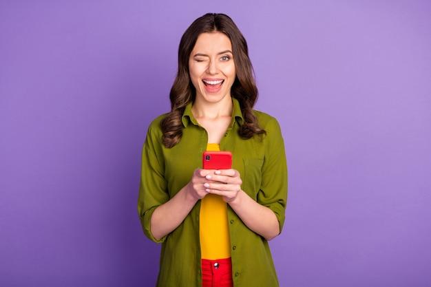 興奮したエネルギッシュな女の子の肖像画はスマートフォンを使用してソーシャルメディアのニュースを検索をお楽しみください
