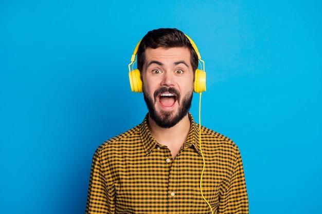 흥분된 열정적 인 남자의 초상화는 라디오 음악을 듣고 자신이 좋아하는 사운드 트랙이 인상적인 비명을 찾습니다 와우 세상에 밝은 색상 위에 고립 된 현대적인 옷을 입으십시오.