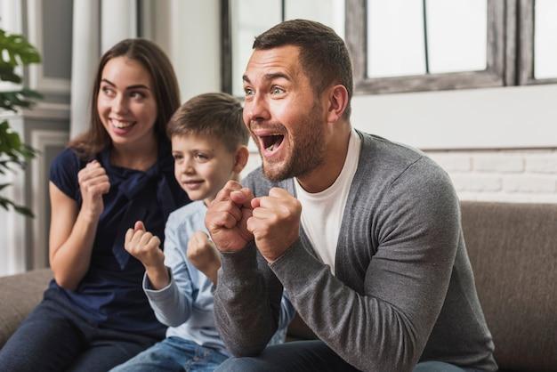 Портрет возбужденной семьи с сыном