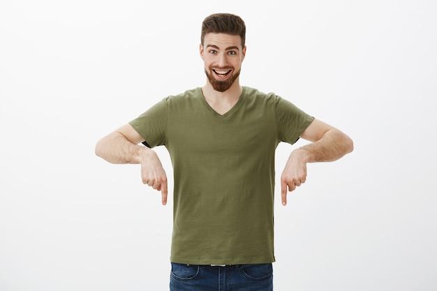 Портрет возбужденного мужчины, указывая вниз