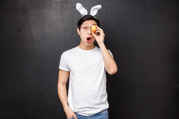 토끼 귀에 흥분 장난과 재미 아시아 젊은이의 초상