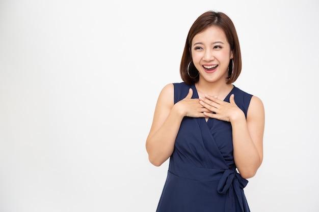 흰색 배경에 고립 된 흥분된 비명을 지르는 아시아 여성의 초상화 행복하고 놀란 개념