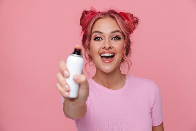 笑顔でカラースプレーで髪を染めているtシャツの興奮した女性の肖像画