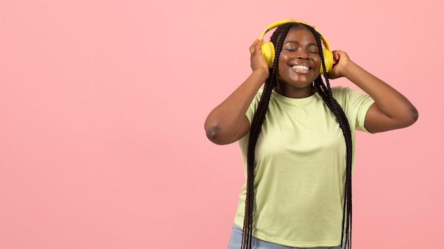Портрет выразительной афро-американской женщины, слушающей музыку