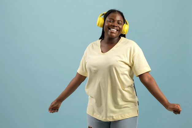 음악을 듣고 있는 표현력이 풍부한 아프리카계 미국인 여성의 초상화