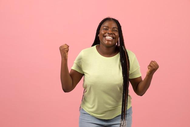 표현적인 아프리카계 미국인 여자의 초상화
