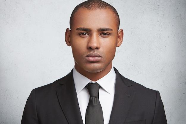 フォーマルなスーツを着ている表現力豊かな若い男の肖像