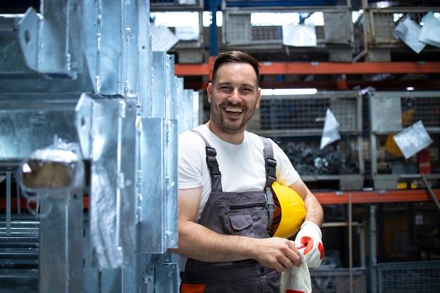 Портрет фабричного рабочего, стоящего в производственном цехе фабрики