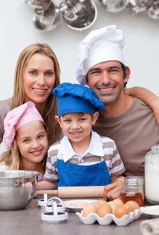 キッチンで焼く家族の肖像
