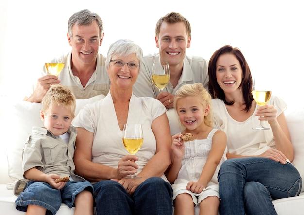 와인을 마시는 가족과 비스킷을 먹는 아이들의 초상화