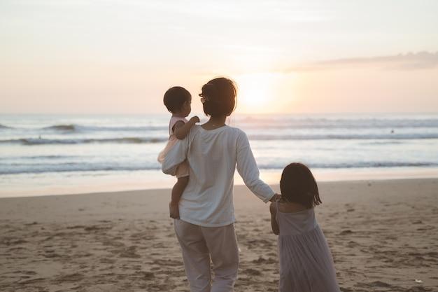 Портрет семьи, наслаждающейся отдыхом на пляже