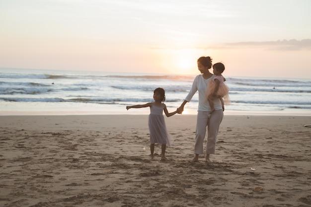 해변에서 휴가를 즐기는 가족의 초상화