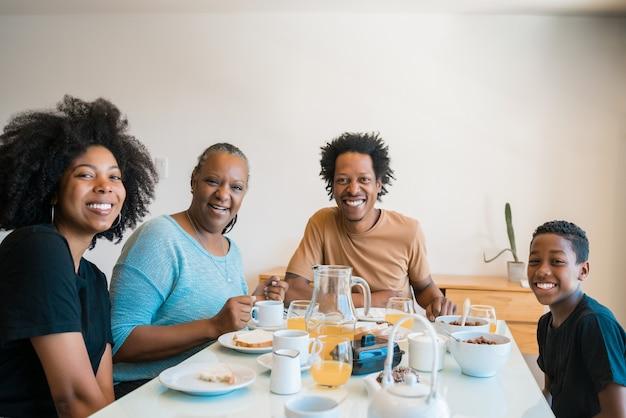 家で一緒に朝食をとっている家族の肖像画。