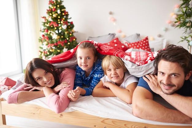 Портрет семьи в постели во время рождества