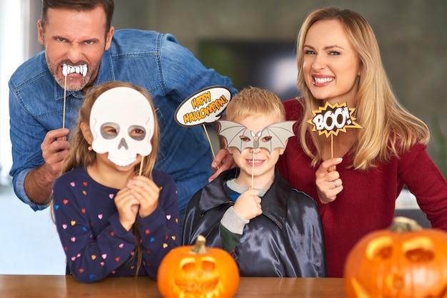 ハロウィーンのマスクの家族の肖像画