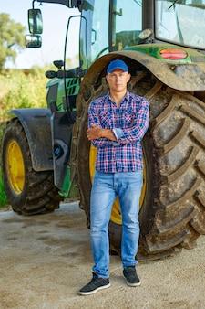 시골에서 트랙터에 의해 농부의 초상화입니다.