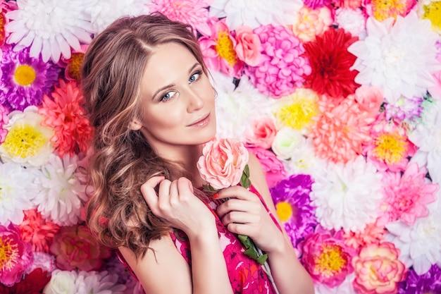 ファッションの美しい女性の肖像画、背景に豪華な変身と髪と甘くて官能的