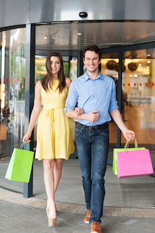 ショッピングに成功した後のファッションカップルの肖像画